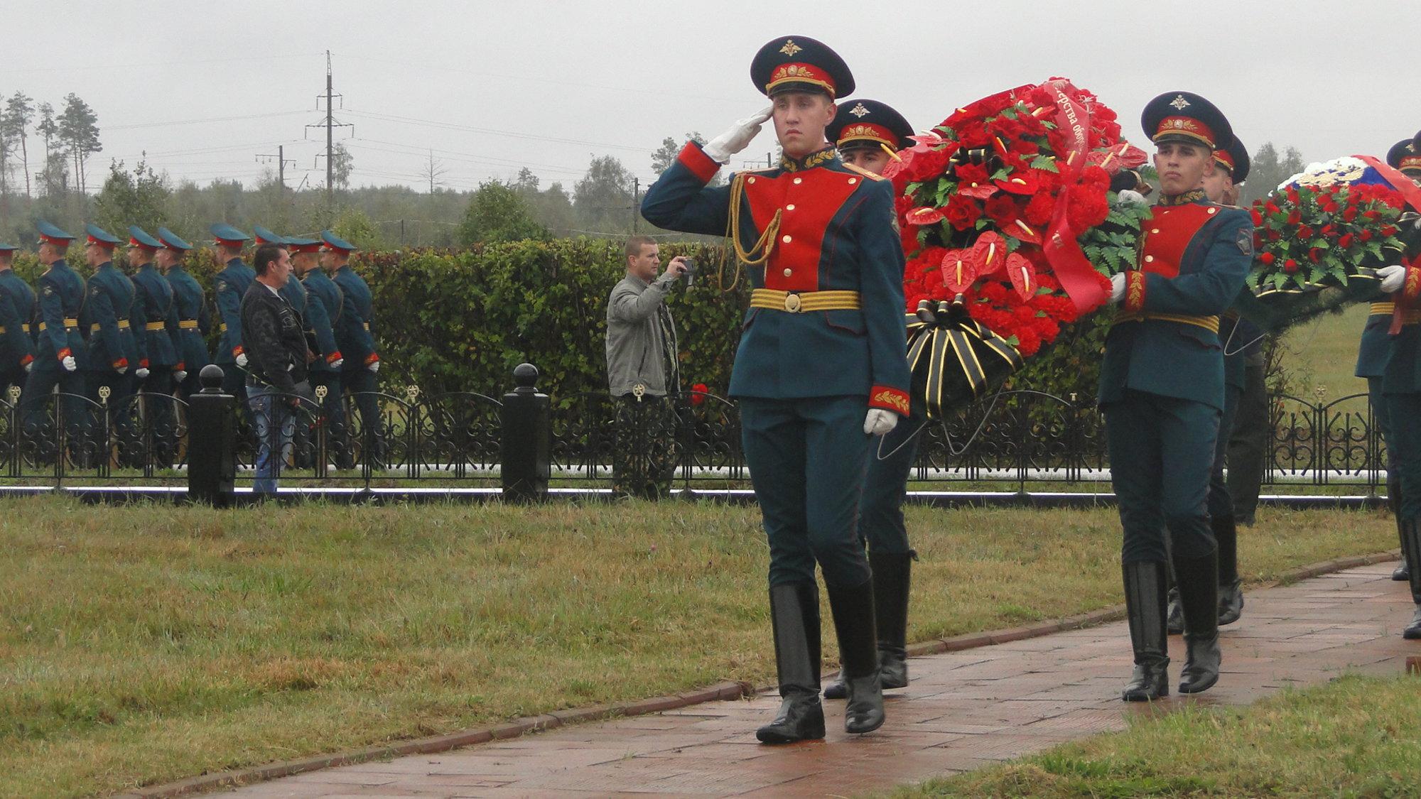Делегация из Свердловской области приняла участие в памятном митинге на Богородском кладбище